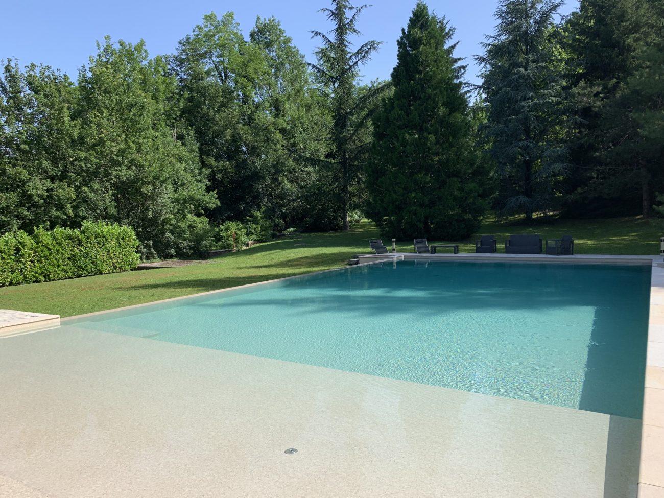 Grande piscine à débordement.